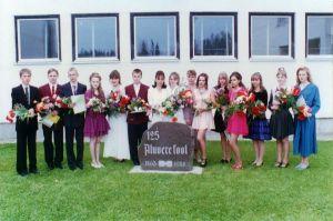 Traditsiooniliselt teevad mälestuskivi juures pilti kooli lõpetajad. Foto: autor, kuupäev? Sõmeru Põhikooli muuseum.