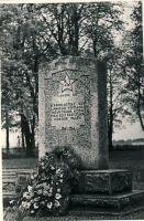 Monument II maailmasõjas langenute vennashaual Uhtnas, RM F 1341:10, SA Virumaa Muuseumid, http://www.muis.ee/museaalview/1382068.