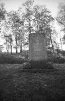 Teises maailmasõjas langenud nõukogude sõdurite mälestusmärk Uhtna mõisa pargis, 1998. EVM N 384:184, Eesti Vabaõhumuuseum EVM, http://www.muis.ee/museaalview/2171222.