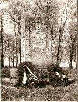 Uhtna. Suures Isamaasõjas langenute vennashaua monument, RM F 1175:8. Foto Helmut Joonuks, 1975. SA Virumaa Muuseumid, http://www.muis.ee/museaalview/2307843.