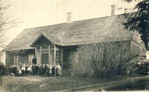 Vaeküla algkooli õpilased ja õpetajad koolimaja ees, RM F 1174:7, SA Virumaa Muuseumid, http://www.muis.ee/museaalview/1552082.