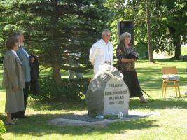 Vasakul seisavad endine õpetaja Laine Ojavee ja Rein Sinitamm, kivi taga on Sõmeru vallavanem Peep Vassiljev ja huvijuht Aili Saarne. Vaeküla kooli arhiiv.