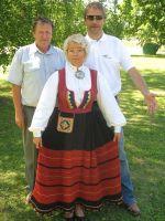 Pillimehed Alvar Sune ja Eero Unt koos Riina Türkeliga. Vaeküla kooli arhiiv.