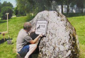 Kiviraidur Elvart Silvere valmistas plaadi ja kinnitas selle kivile. Foto: Heiki Koov, 2017 / Assamalla raamatukogu