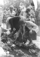 Mälestustahvli juurde asetati palju lilli. Foto: Ülo Tähiste, Väike-Maarja muuseumi kogu.