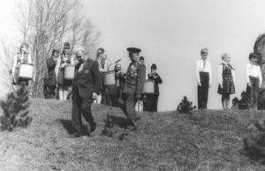 Veteranid ja Tamsalu Keskkooli õpilased, 9.05.1985. Väike-Maarja muuseumi kogu.