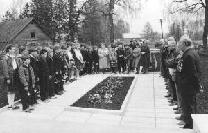 925. laskurpolgu veteranid koos pioneeridega. 24.05.1985. Väike-Maarja muueumi kogu.