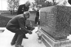 Lilli asetavad sõjaveteranid Arnold Karu (ees) ja Manfred Kütt, 24.05.1985. Väike-Maarja muueumi kogu.
