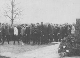 Väike-Maarja keskkooli õpilased asuvad esitama massdeklamatsiooni. Foto: Eduard Leppik, 7.05.1967. Väike-Maarja muueumi kogu.