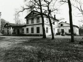 Võhmuta mõisa härrastemaja, vaade. Foto: Olev Kõll, 1980-ndad, EAM Fk 8634, Eesti Arhitektuurimuuseum, http://www.muis.ee/museaalview/2634374.