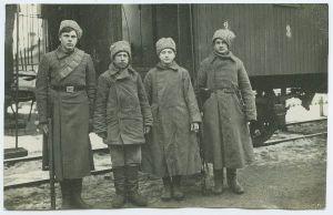 Foto: Tapa vabastamisel vangilangenud punaväelased, jaanuar 1919, Parikas, Johannes ja Peeter. TLM F 9870:63, Tallinna Linnamuuseum, http://www.muis.ee/portaal/museaalview/1416396.