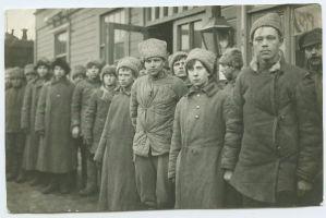 Foto: Tapa vabastamisel vangilangenud punaväelased, jaanuar 1919, Parikas, Johannes ja Peeter. TLM F 9870:62, Tallinna Linnamuuseum, http://www.muis.ee/portaal/museaalview/1416389.