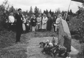Mälestuskivi taasavamine 7.09.1996. Kivi õnnistab pastor Tauno Teder. Väike-Maarja muuseumi kogu.