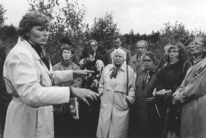 Mälestuskivi taasavamine 7.09.1996. Koori juhatab Sirje Sõnum. Väike-Maarja muuseumi kogu.