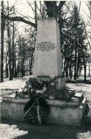Simuna, mälestussammas nõukogude võimu eest langenutele, 1980. aastad. RM F 1329:21, SA Virumaa Muuseumid, http://www.muis.ee/museaalview/1421218.