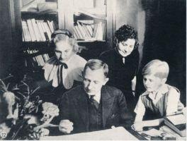 Fotopostkaart. Tammsaare koos perekonnaga 1938.a. kirjaniku 60.sünnipäeva puhul saadud Albu valla auaadressi lugemas., HM F 217:12 Ff, Haapsalu ja Läänemaa Muuseumid SA, http://www.muis.ee/museaalview/1399961.