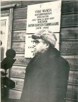 Kirjanik A. H. Tammsaare mälestustahvli avamine Väike-Maarja kihelkonnakooli majal, RM F 1309:10, SA Virumaa Muuseumid, http://www.muis.ee/museaalview/1409166.