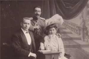 Georg Lurich õe ja õemehega. Foto: K. Bulla, Sankt-Peterburg, ca 1906-07. ESM F 20:323/D 3, Eesti Spordimuuseum, http://www.muis.ee/museaalview/80351.