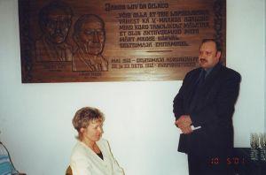 Bareljeef on fotole jäänud 10.05.2001 siin toimunud lasterikaste perede austamisõhtul. Väike-Maarja muuseumi kogu.