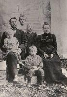 Jakob Liiv oma perega, 1909.a. paiku. Vasakult Jakob Liiv, süles tütar Elsa, poeg Arnold, tütar Meeri, abikaasa, ees poeg Villem. RM F 55:12, SA Virumaa Muuseumid, http://www.muis.ee/museaalview/2104554.