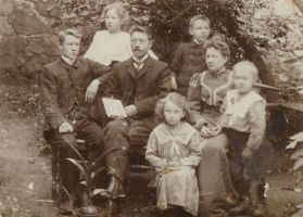 Jakob Liiv perega, 1913. Istuvad vasakult: poeg Arnold, Jakob Liiv, tütar Elsa, abikaasa, poeg Richard. Seisavad vasakult: tütar Meeri, poeg Villem. RM F 53:2, SA Virumaa Muuseumid, http://www.muis.ee/museaalview/2101532.