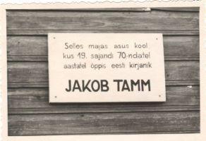Jakob Tamme memoriaaltahvel endise Kirepi kooli seinal. Foto: Kirt Kaljola. TaM F 105:2, Tartumaa Muuseum, http://www.muis.ee/museaalview/1527416.