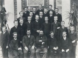 Eesti Aleksandri Linnakooli lõpetajad 1893. Esireas õpetajad: P. Goveino, Jakob Tamm, A. Anson, M. Nikolajev, A. Riikmann.