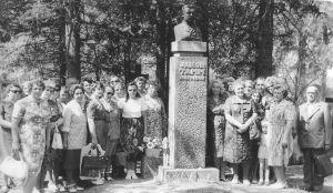 Foto: Väike-Maarja külanõukogu kultuuritöötajad aastal 1979 Jakob Tamme haual (või on rajooni kultuuritöötajad?). Väike-Maarja muuseumi kogu.