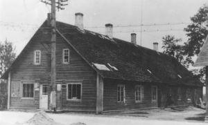 Väike-Maarja endine kihelkonnakoolimaja enne aastat 1954. Vasakul on kindlustusinspektsioon, paremal kingsepa töökoda, taga korterid. Väike-Maarja muuseumi kogu.