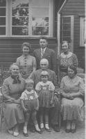 Kotlite perekond: esimeses reas vasakult Ilse ema, Johan, Elsa Kotli, lapsed Malle ja Viido, teises reas Ilse, Alar, Pia. Väike-Maarja muuseumi kogu.