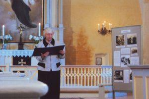 Avamisel kõneleb muuseumitöötaja Ene-Riina Ruubel. Foto: Marju Metsman. Väike-Maarja muuseumi kogu.