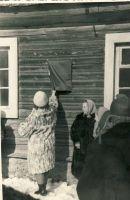 Foto: Kalle Soovik, 21.03.1965. Tahvli avab Kiltsi külanõukogu esimees. RM F 512:40, SA Virumaa Muuseumid, http://www.muis.ee/museaalview/1794429.