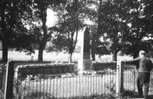 Foto: Vabadussõjas langenute mälestusmärk Ilumäel, 1997, EVM N 380:647, Eesti Vabaõhumuuseum EVM, http://www.muis.ee/portaal/museaalview/2165282.