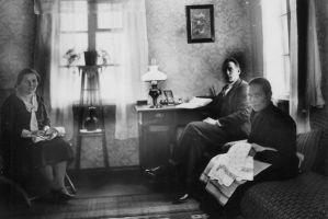 Õpetaja toas: Juliane Melanie Peterson-Sikk (vasakul), keskel tema abikaasa, paremal kooli teenija. Karepa raamatukogu kogu.