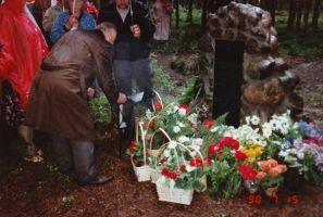 Küünla süütab matmiskohast teataja Arend Randman.