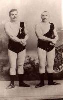 """Elukutselised jõumehed Gustav Boesberg (paremal) ja Johannes Kalla töötasid koos tsirkustes Venemaal. """"Raudsete meeste"""" etteasted avaldasid pealtvaatajatele suurt vaimustust. 1897. ESM F 20:83/A 395, Eesti Spordimuuseum, http://www.muis.ee/museaalview/80733."""