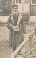 Tanel Pruhl (1840-1914) Võsul puhkajatele võid müümas.Pildistatud Võsu kaupluse ees, RM F 299, Virumaa Muuseumid SA, http://www.muis.ee/museaalview/1981425.