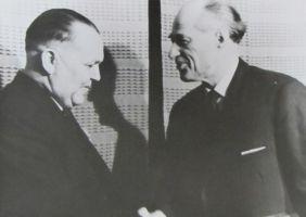 Eduard Vilde nimelise kirjanduspreemia üleandmine Rudolf Sirgele, 6.03.1965. Kas vasakul on August Lepasaar? Eesti Kirjandusmuuseumi kogu.