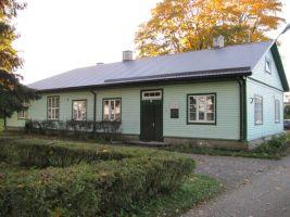 Foto: Heiki Koov, oktoober 2010. Taastamistööde käigus muudeti hoone välisilmet.