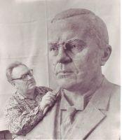 Skulptor August Vomm büsti valmistamas. Eduard Vilde Muuseumi kogu.