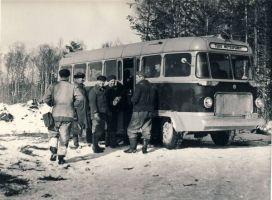 Tudu metsapunkti töölised autobussi juures, 1970. aastad. RM F 1344:7, SA Virumaa Muuseumid, http://www.muis.ee/museaalview/1385738.
