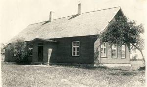 Koolimaja pärast remonti - õlgkatuse asemel on pilpakatus. Kadila algkool Porkuni vald, RM F 105:326, SA Virumaa Muuseumid, http://www.muis.ee/museaalview/1323815.