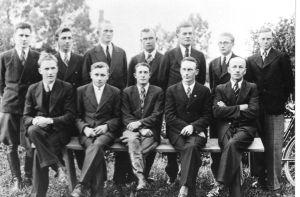 Kulina noorsooühingu (Ü.E.N.Ü.) liikmed. Esireas: vasakult esimene Osvald Põiklik. Paremalt esimene Hans Kuriks. Vinni NST arhiiv.