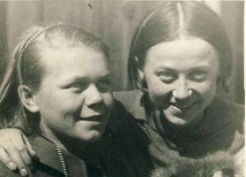 Vaike Allikvee (pildil vasakul), RM F 391:4, SA Virumaa Muuseumid, http://www.muis.ee/museaalview/1867041.