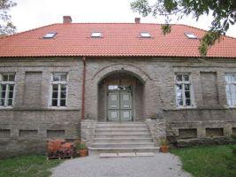 Endine koolimaja on restaureeritud ja nüüd asub siin seltsimaja. Foto: Heiki Koov, september 2010.