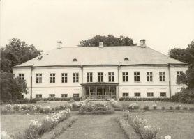 Aastast 1940 asub Vasta kool Vasta mõisa härrastemajja, RM F 485:41, SA Virumaa Muuseumid, http://www.muis.ee/museaalview/1875243.